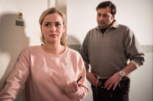 Lea (Anna Sophia Claus) kommt eine zündende Idee, als sie mitbekommt, dass Roland (Axel Holst) momentan in einem Zelt in der Nähe der Lindenstraße lebt.