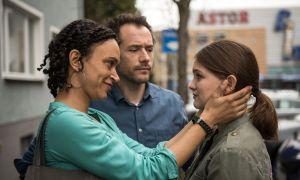 Der große Tag ist gekommen: Lara (Greta Goodworth) reist in die USA ab. In die Freude mischt sich bei der 18-Jährigen auch Traurigkeit. Iris (Sarah Masuch) und Alex (Joris Gratwohl) versuchen, gefasst zu bleiben.