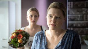 Die Stimmung zwischen Lea (Anna-Sophia Claus) und Tanja (Sybille Waury, r) ist noch immer sehr angespannt. Lea versucht es sogar mit einem Blumenstrauß, aber kann sie Tanja damit umstimmen, ihre Kündigung zurückzunehmen?
