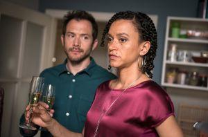 Heute wird Jamal 18 Jahre alt. Iris (Sarah Masuch) und Alex (Joris Gratwohl) wollen mit ihm feiern. Dabei hängt der Haussegen zwischen den beiden noch immer schief, schließlich hat Alex den Kuss zwischen Kevin und seiner Frau nicht vergessen. Bekommt das Paar die Kurve?