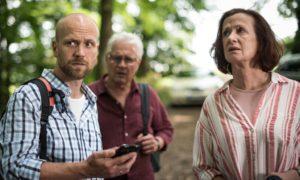 Verzweifelt: Klaus (Moritz A. Sachs, l.), Anna (Irene Fischer) und Andy (Jo Bolling) machen sich im Wald auf die Suche nach dem verschollenen Hans und auch nach Helga.