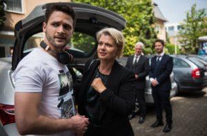 Als Konstantin (Arne Rudolf, l.) Gabi (Andrea Spatzek) vor der Trauerfeier trifft, erzählt er ihr von der Möglichkeit, in eine WG in der Lindenstraße einzuziehen. Gabi würde sich riesig freuen!