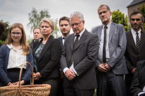 Erschüttert stehen die Bewohner des Viertels an Hans Beimers Grab.