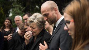 Erschütternde Szenen an Hans Beimers Grab: Helga (Marie-Luise Marjan) und Sohn Klaus Beimer (Moritz A. Sachs).