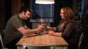Annäherung zwischen zwei Alphatieren: Iffi (Rebecca Siemoneit-Barum) und Roland (Axel Holst).