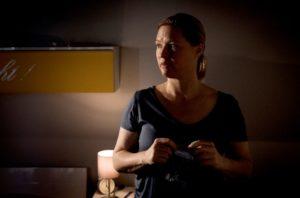 Obwohl ihr Sohn Simon vielleicht bald auf den Rollstuhl verzichten kann, nimmt Tanja (Sybille Waury) weiterhin Tabletten – heimlich und das nun auch tagsüber.