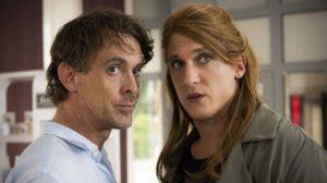 Sunny (Martin Walde, r.) macht sich große Sorgen um ihre Freundin Tanja, die immer unruhiger und fahriger wird. Auch Lotti (Gunnar Solka) bleibt das nicht verborgen.