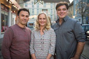 Gut gelauntes Trio: Der beliebte Kölner Kabarettist Fatih Çevikkollu (l.), der einen Drehtag mit Murat (Erkan Gündüz) und Nina (Sontje Peplow) in der Lindenstraße verbringt.