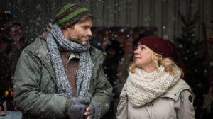 Zufälliges Wiedersehen auf dem Weihnachtsmarkt: Nina (Jacqueline Svilarov) findet ihren One Night-Stand Johannes (Felix Maximilian) ziemlich cool.