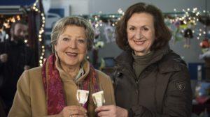 Ein friedvolles Jahr 2019 wünschen die ewigen Rivalinnen Helga (Marie-Luise Marjan, l) und Anna (Irene Fischer), an Silvester (ausnahmsweise) friedlich vereint.