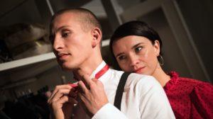 Nico (Jannik Scharmweber) hat Angelina (Daniela Bette) beiläufig erzählt, dass eine seiner Escort-Kundinnen möchte, dass er heute für viel Geld die Hüllen fallen lässt. Angelina weiß nicht, was sie davon halten soll.
