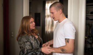 Nico (Jannik Scharmweber) in der Klemme: Seine Mutter Iffi (Rebecca Siemoneit-Barum) ist hinter seine dubiose Escort-Tätigkeit gekommen.