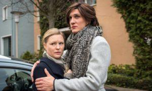 Sunny (Martin Walde, r.) hilft Tanja (Sybille Waury) beim Ausschleichen der Tabletten. Heute aber hat sie einen wichtigen Termin. Kann sie ihre Freundin allein lassen?