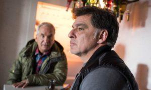 Murat (Erkan Gündüz, r.) ist hilflos. Denn Paul geht seinen Eltern aus dem Weg. Kann Käthe (Claus Vincon) Murat helfen?