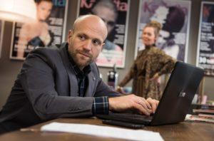 Klaus (Moritz A. Sachs) will unbedingt die Stelle als Ressortleiter 'Gesellschaft' bei der 'Karlotta' bekommen. Doch dann läuft mit dem Artikel über Neylas Flucht einiges schief und die Konkurrenz schläft nicht.